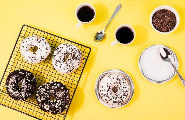 Вид сверху разные глазированные пончики