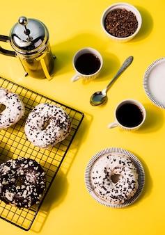 Плоские лежали разные глазированные пончики