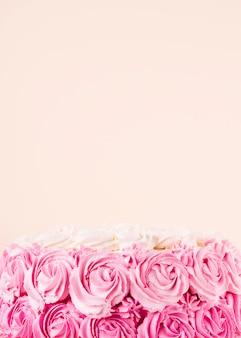 Вкусный розовый торт с копией пространства