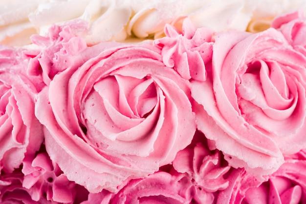 Вкусный розовый торт крупным планом