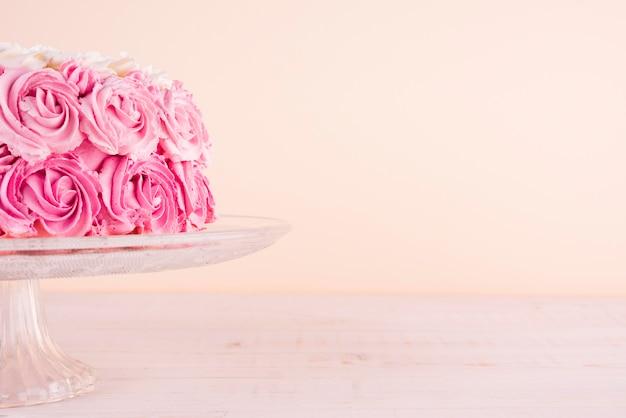 Вкусный розовый торт на подставке