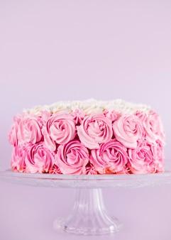 Вкусный розовый торт с розами на подставке