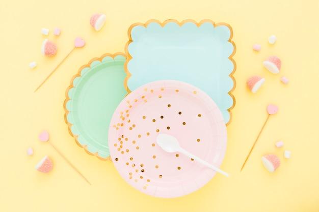 Вид сверху пластиковая тарелка с желе