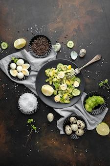 暗い食器とフラットレイアウトの自家製サラダ