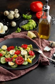 濃い食器のハイアングルサラダ