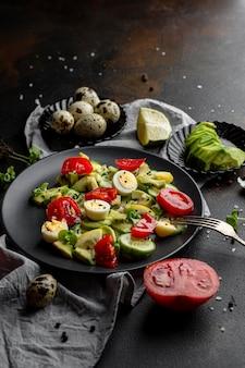 ダークプレートのハイアングルサラダ