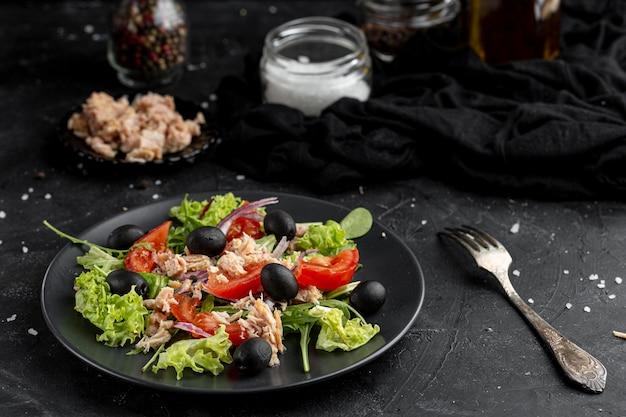 ダークプレートにさまざまな食材を使ったハイアングルサラダ