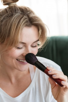 Портрет женщины с помощью макияжа кисти