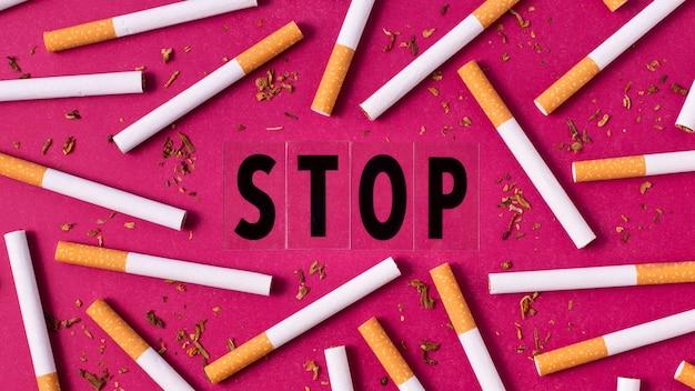 ピンクの背景のフラットレイアウトタバコ