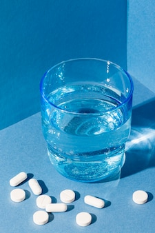 丸薬が付いている高角度水ガラス