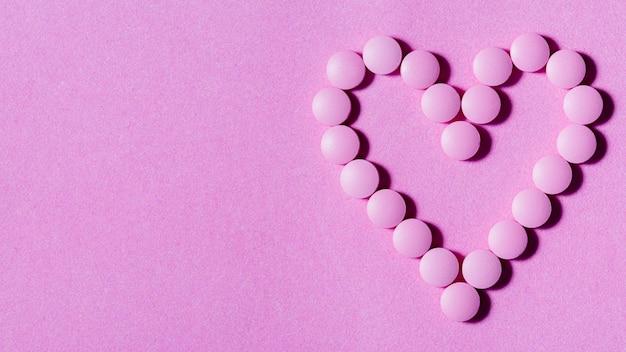 紫色の背景にフラット横たわっていた錠剤