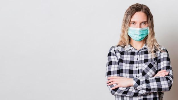 マスクをしたミディアムショットの女性