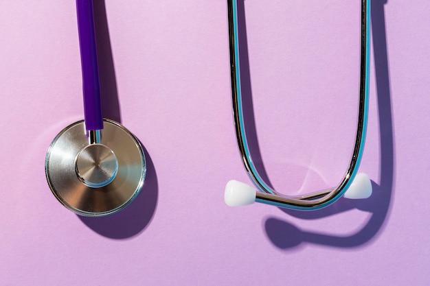 Вид сверху стетоскоп на фиолетовом фоне