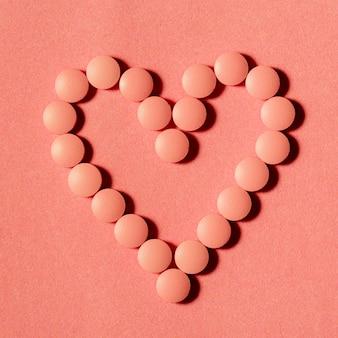 背景に平面図のオレンジ色の錠剤