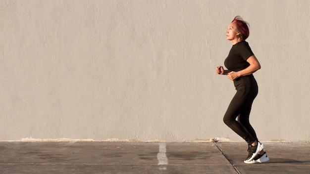 屋外コピースペースを走っている女性