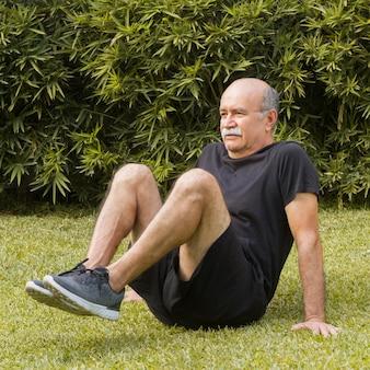 公園で有酸素運動をしている人