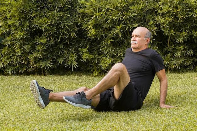 公園でフィットネス運動をしている男