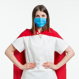 マスクを持つ正面女性