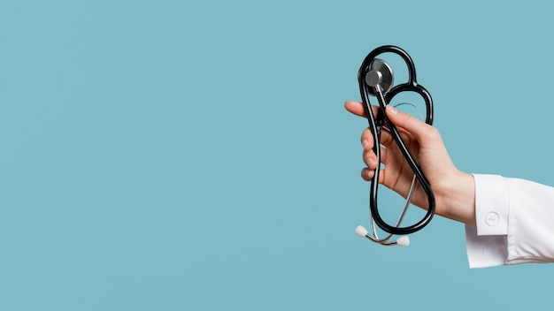 聴診器を持っているクローズアップ手