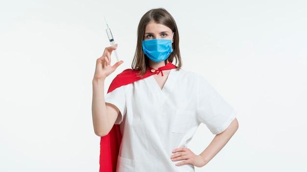 注射器で正面の女性