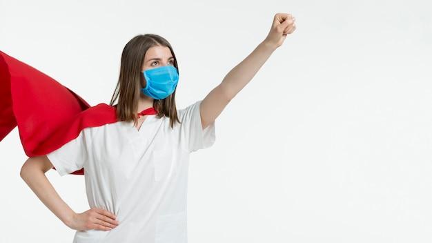 マスクのポーズを持つ女性