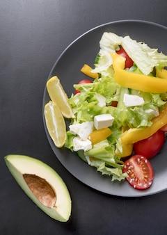 新鮮な野菜のトップビューおいしいサラダ
