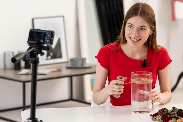 Счастливый блоггер, показывающий урок декора
