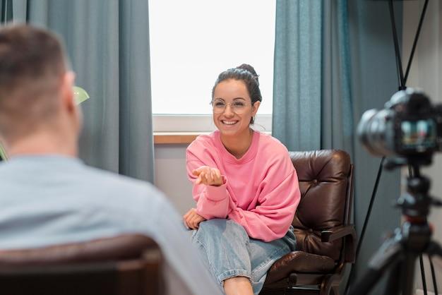 ブロガーが自宅でインタビューを記録