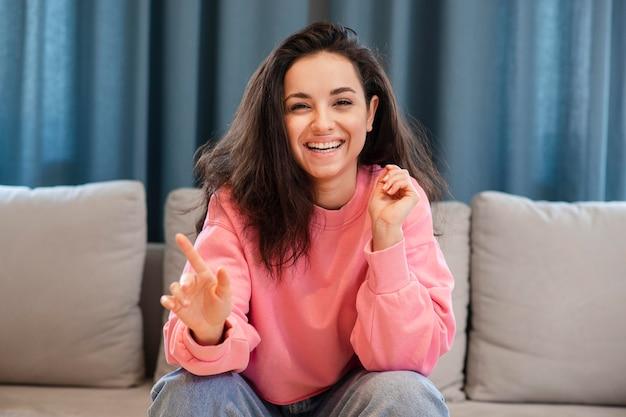 Портрет молодой женщины, улыбаясь в камеру