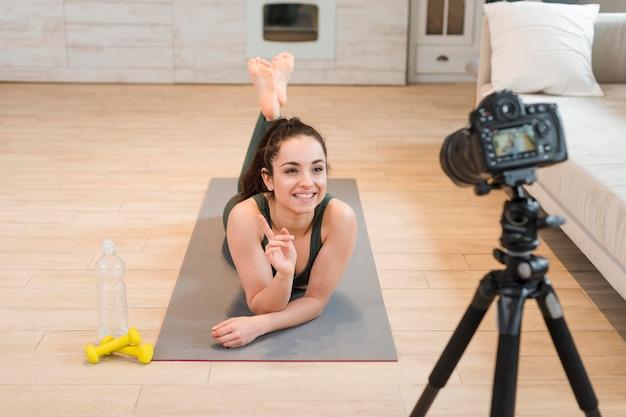 若いブロガーが自宅でトレーニングセッションを記録