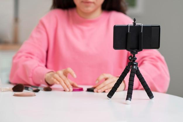 彼女のメイクアップセッションを記録するブロガー