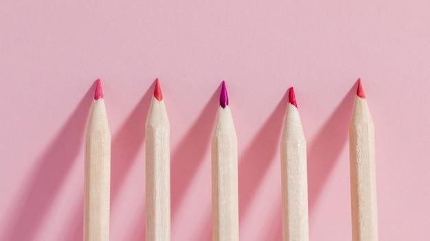 Вид сверху кучу разноцветных карандашей
