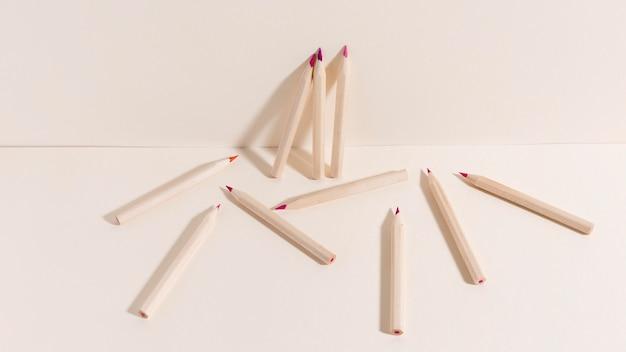 Ассортимент красочных карандашей на столе