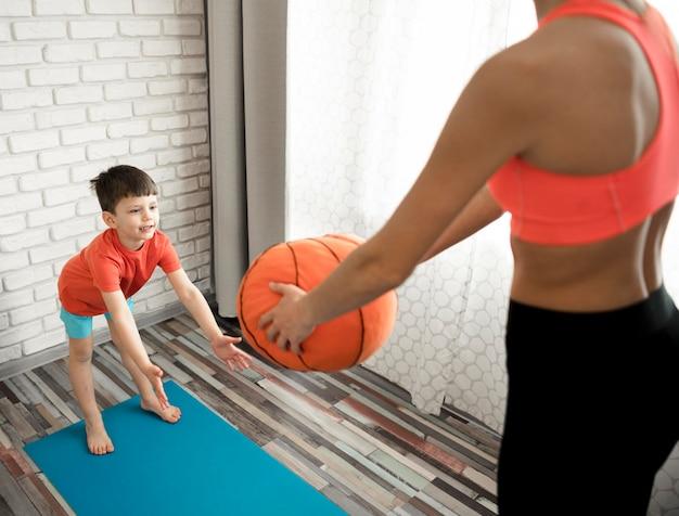 Тренировка прелестного мальчика с матерью дома