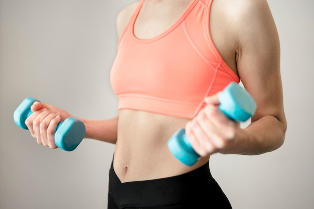 Подходящая тренировка женщины с гантелями