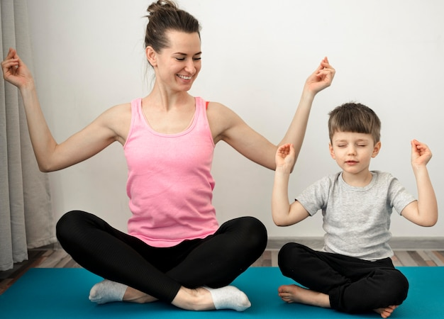 Активная мама занимается йогой с сыном