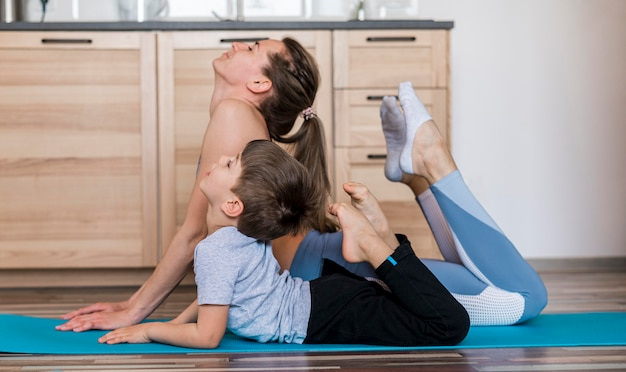 彼女の息子と母親のトレーニングに適合