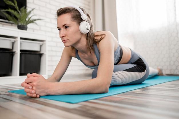 Красивая тренировка молодой женщины на циновке йоги