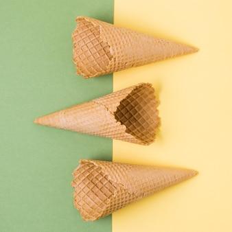 テーブルの上のトップビューアイスクリームコーン