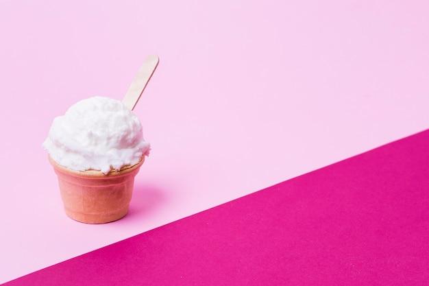 コピースペース付きのアイスクリームカップ