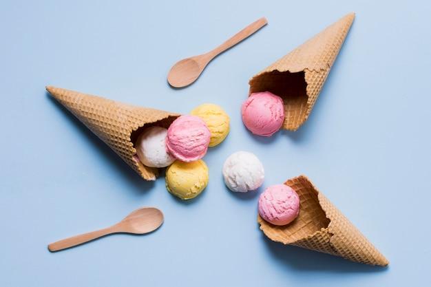フレイは、コーンにおいしいアイスクリームを置きます
