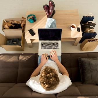 Полный человек на ноутбуке