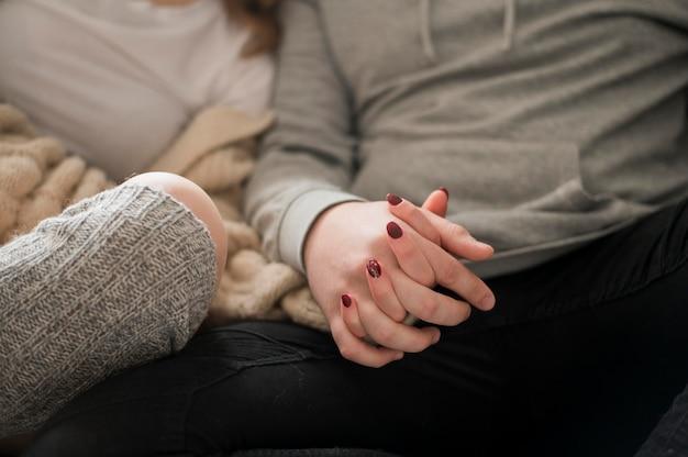 手を繋いでいるクローズアップカップル