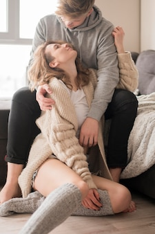 彼氏を抱き締める少女