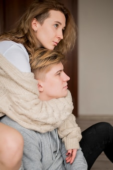 Вид сбоку молодая пара обниматься