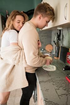 キッチンを抱いてのカップル