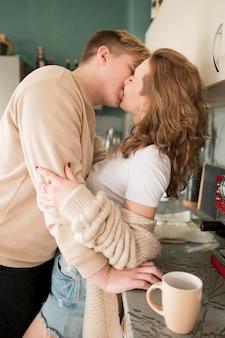 キッチンのキスのカップル