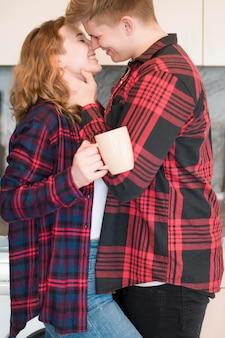 Вид сбоку пара обнять и поцеловать