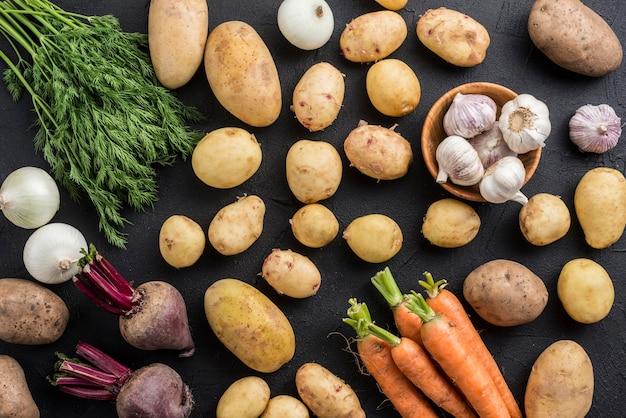 Вид сверху органические овощи на столе