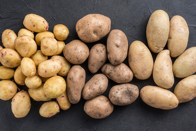 Вид сверху картофель перевернулся на столе
